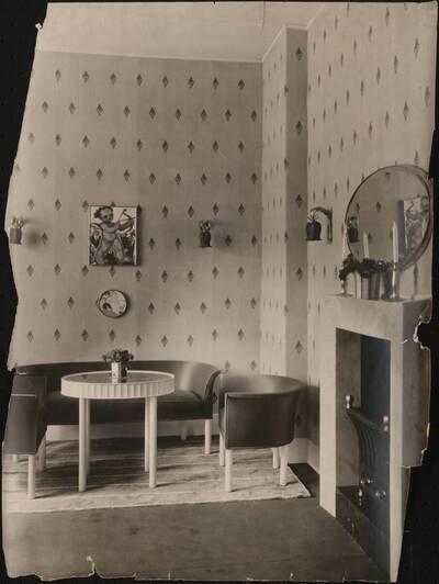 Fotografie eines Salons von Otto Prutscher auf einer Kunstgewerbeausstellung des K. k. Museums für Kunst und Industrie (vom Bearbeiter vergebener Titel)