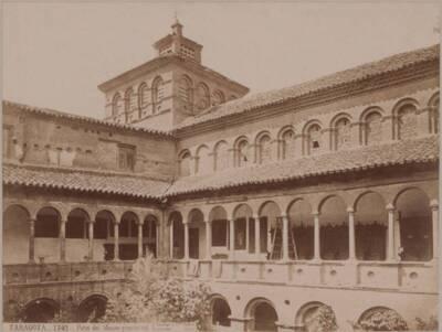 Fotografie des Innenhofs des Museums von Zaragoza (vom Bearbeiter vergebener Titel)