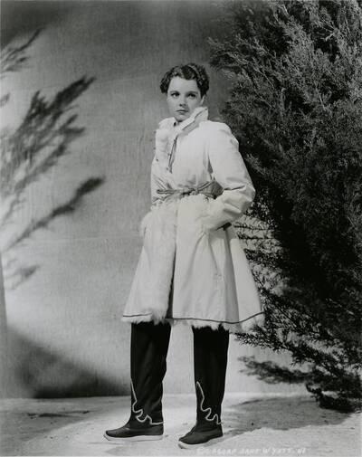 Originalfoto von Jane Wyatt in einem Kostümdesign von Ernst Deutsch-Dryden. (vom Bearbeiter vergebener Titel)