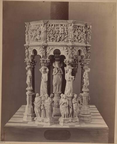 Fotografie eines Modells der Kanzel Giovanni Pisanos im Dom von Pisa von Giuseppe Fontana, ausgestellt auf der Wiener Weltausstellung 1873 (vom Bearbeiter vergebener Titel)