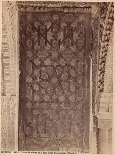 Fotografie der Holztür zur Sala de Dos Hermanas in der Alhambra (vom Bearbeiter vergebener Titel)