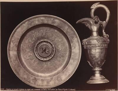 Fotografie einer silbernen Schüssel und einer Vermeil-Kanne des 17. Jahrhunderts (vom Bearbeiter vergebener Titel)