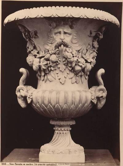 Fotografie einer florentinischen Vase aus Marmor mit Widderköpfen am Henkel (vom Bearbeiter vergebener Titel)