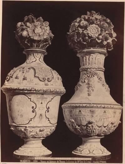 Fotografie zweier Fayence-Vasen aus Rouen, 18. Jh. (vom Bearbeiter vergebener Titel)