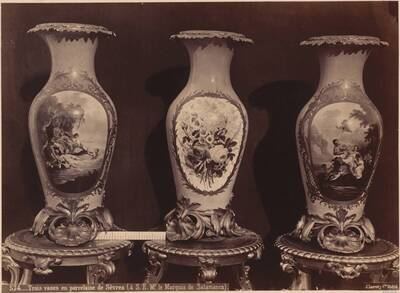 Fotografie dreier Sèvres-Vasen mit Blumen-Motiv und figürlichen Darstellungen (vom Bearbeiter vergebener Titel)