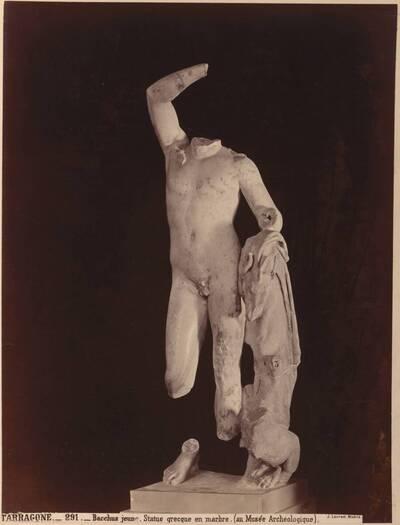 Fotografie einer beschädigten griechischen Marmor-Statue vom jungen Bacchus (vom Bearbeiter vergebener Titel)
