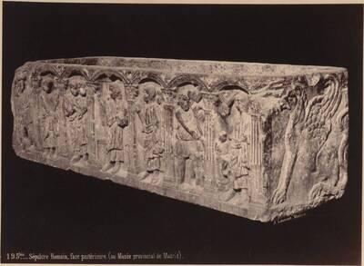 Fotografie eines römischen Marmor-Sarkophages (Hinterteil), aus dem Madrider Museum (vom Bearbeiter vergebener Titel)