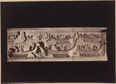 Fotografie eines antiken Marmor-Reliefs mit Galeeren und kämpfenden Soldaten, aus dem Madrider Museum (vom Bearbeiter vergebener Titel)