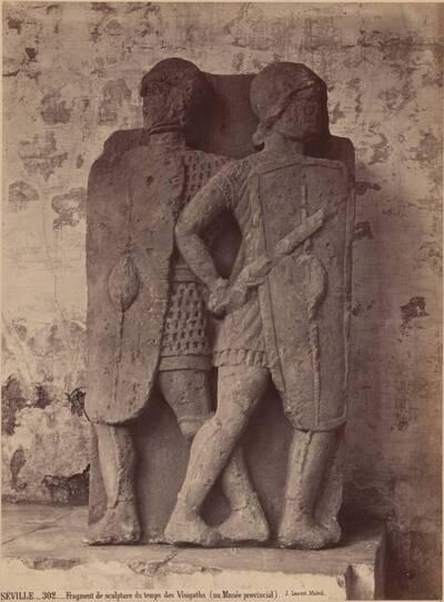 Fotografie eines Fragments einer Reliefskulptur zweier Soldaten, aus der Zeit der Goten (vom Bearbeiter vergebener Titel)