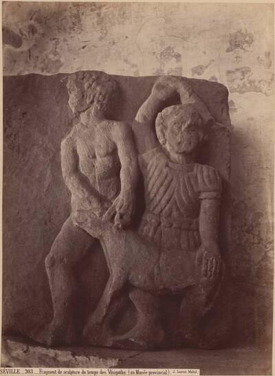Fotografie eines Fragments einer Reliefskulptur zweier menschlicher Figuren und eines Tieres, aus der Zeit der Goten (vom Bearbeiter vergebener Titel)