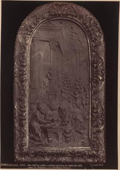 Fotografie eines Reliefs mit dem