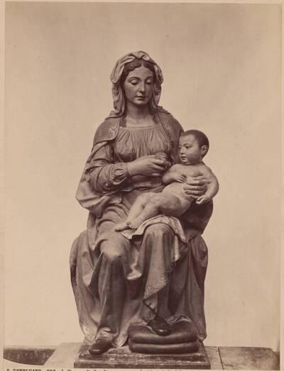 Fotografie einer Terrakotta-Statue einer sitzenden Madonna mit Kind, von Pietro Torrigiano (vom Bearbeiter vergebener Titel)