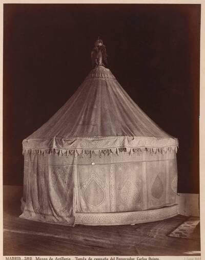 Fotografie eines Zeltes von Kaiser Karl V. aus dem Museo Naval de Madrid (vom Bearbeiter vergebener Titel)