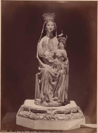 Fotografie einer Madonnnenskulptur aus Elfenbein in der Kathedrale in Sevilla (vom Bearbeiter vergebener Titel)