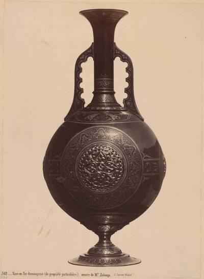 Fotografie einer Vase aus damasziertem Eisen von H. Zuloaga (vom Bearbeiter vergebener Titel)