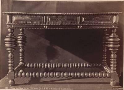 Fotografie eines geschnitzten Tisches aus Ebenholz gegen Ende des 17. Jahrhunderts (vom Bearbeiter vergebener Titel)