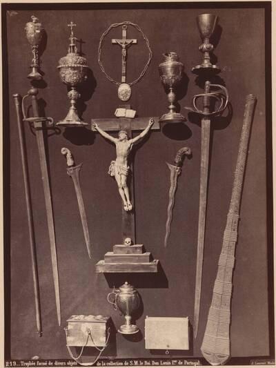 Fotografie diverser Waffen, Monstranzen, Kruzifixe und Kästchen aus der Sammlung von König Louis I. von Portugal (vom Bearbeiter vergebener Titel)