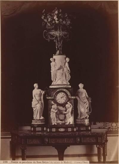 Fotografie einer Standuhr aus Porzellan aus dem königl. Schloss in Madrid (vom Bearbeiter vergebener Titel)