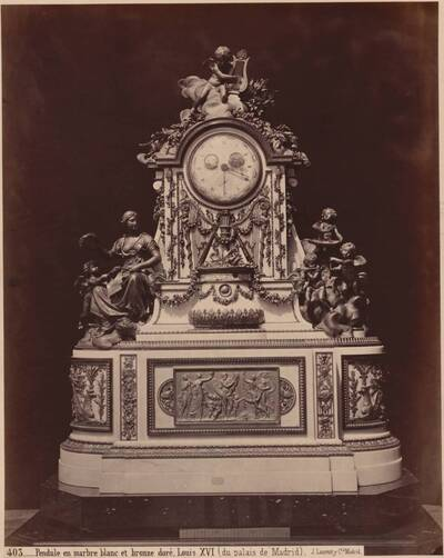 Fotografie einer Standuhr aus weißem Marmor und Goldbronzen im Louis XVI-Stil (vom Bearbeiter vergebener Titel)