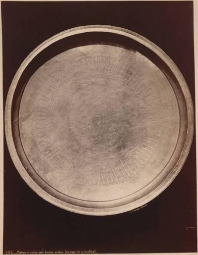 Fotografie einer Schüssel aus Kupfer mit arabischem Ornament (vom Bearbeiter vergebener Titel)