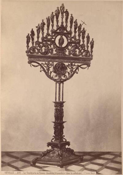 Fotografie eines Leuchters des 18. Jahrhunderts aus der Kathedrale in Sevilla (vom Bearbeiter vergebener Titel)