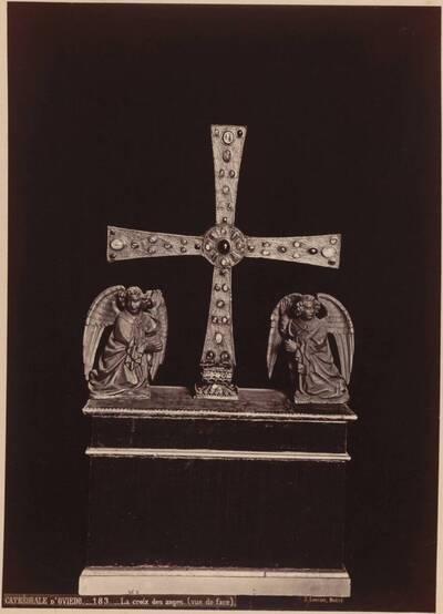 Fotografie eines Kreuzes mit Edelsteinen aus der kathedrale in Oviedo (vom Bearbeiter vergebener Titel)