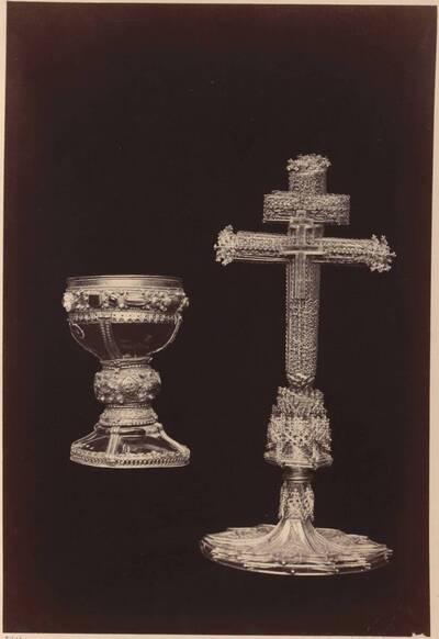 Fotografie eines Kelchs und eines Dopelkreuzes aus dem 15. Jahrhundert (vom Bearbeiter vergebener Titel)