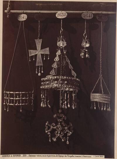 Fotografie von westgotischen Votivkronen aus Gold mit Edelsteinen (vom Bearbeiter vergebener Titel)
