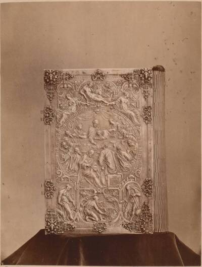 Fotografie der Vorderseite des silbernen Bucheinbandes eines Missales von Anton Eisenhoit von 1582 (vom Bearbeiter vergebener Titel)
