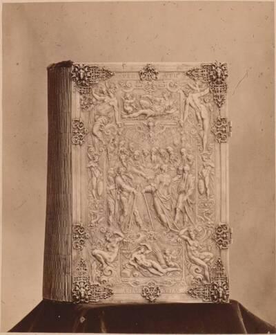 Fotografie der Rückseite des silbernen Bucheinbandes eines Missales von Anton Eisenhoit von 1582 (vom Bearbeiter vergebener Titel)
