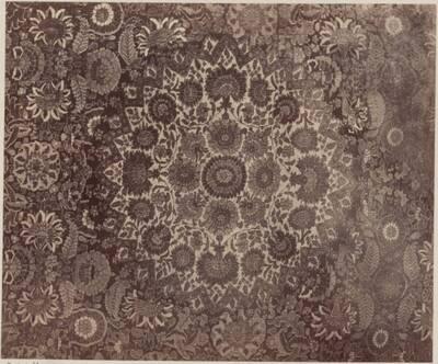 Fotografie eines Details eines persischen Teppichs mit Blumenornamenten aus dem Besitz des Erzherzogs Leopold (vom Bearbeiter vergebener Titel)