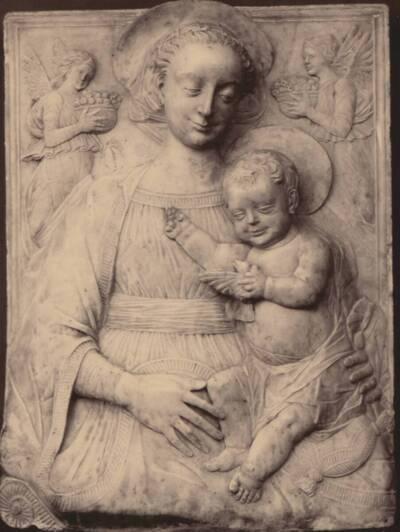 Fotografi einer Madonna aus der Schule von Luca Della Robbia (vom Bearbeiter vergebener Titel)