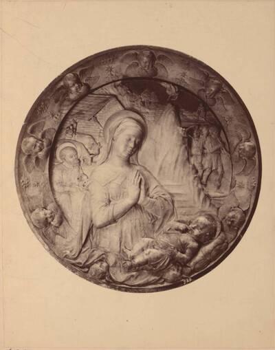 Fotografie eines runden Marnorreliefs mit Madonna aus der Schule von Luca Della Robbia (vom Bearbeiter vergebener Titel)