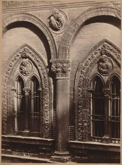 Fotografie eines Details der Fenster am Ospedale Maggiore in Mailand (vom Bearbeiter vergebener Titel)