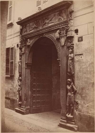 Fotografie des Renaissance-Portals der Banco Mediceo in Mailand (vom Bearbeiter vergebener Titel)