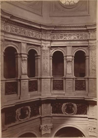 Fotografie einer Innenansicht des Baptisteriums der Kirche Santa Maria presso San Satiro in Mailand (vom Bearbeiter vergebener Titel)