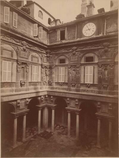 Fotografie des Innenhofs des Palazzo Marino in Mailand (vom Bearbeiter vergebener Titel)