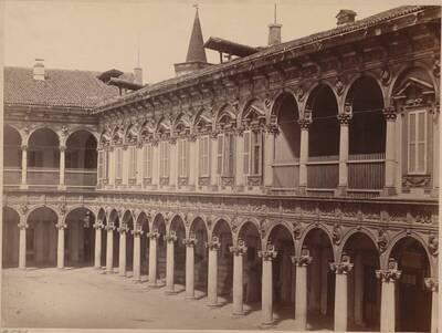 Fotografie des Innenhofs des Ospedale Maggiore in Mailand (vom Bearbeiter vergebener Titel)