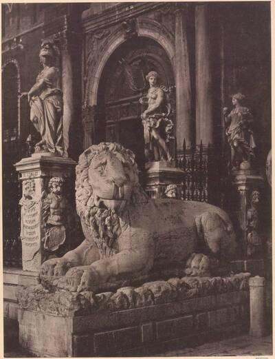 Lichtdruck einer Löwen-Skulptur vor dem Eingang zum Arsenal in Venedig (vom Bearbeiter vergebener Titel)
