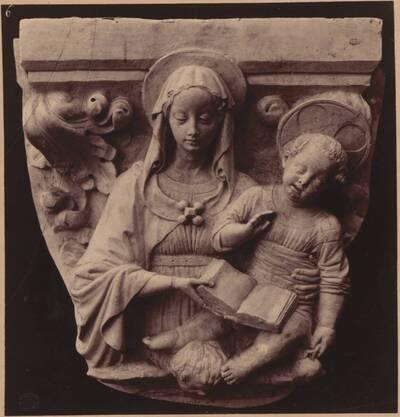 Fotografie eines Kapitells mit Madonna-Figur aus der Certosa di Pavia (vom Bearbeiter vergebener Titel)