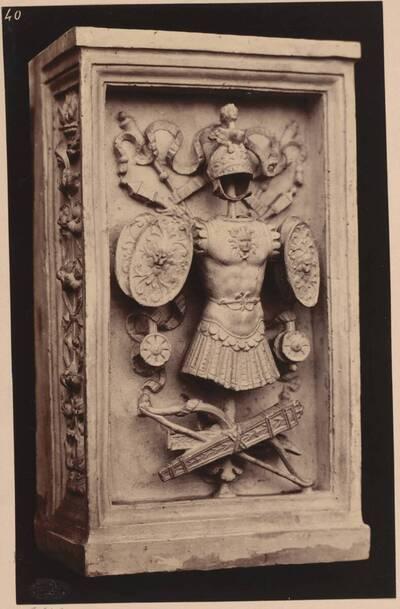 Fotografie eines Pilasters vom Monument des Gaston de Foi in Mailand, mit Rüstung, Schildern und Bogen (vom Bearbeiter vergebener Titel)