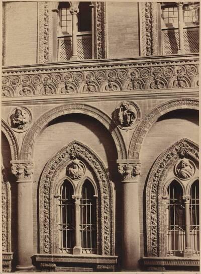 Fotografie eines Details der Fassade des Ospedale Maggiore (Ca' Granda) in Mailand (vom Bearbeiter vergebener Titel)