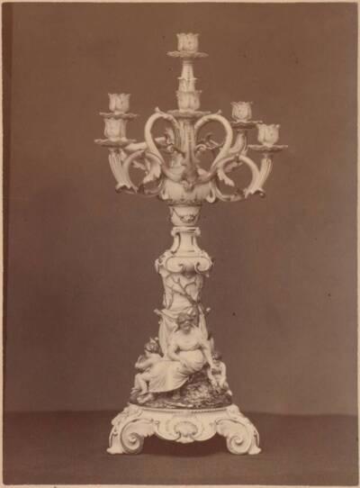 Fotografie eines siebenarmigen Majolika-Leuchters mit Figuren, von Ginori in Doccia (vom Bearbeiter vergebener Titel)