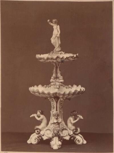 Fotografie eines Majolika-Tafelaufsatzes mit Figuren, von Ginori in Doccia (vom Bearbeiter vergebener Titel)