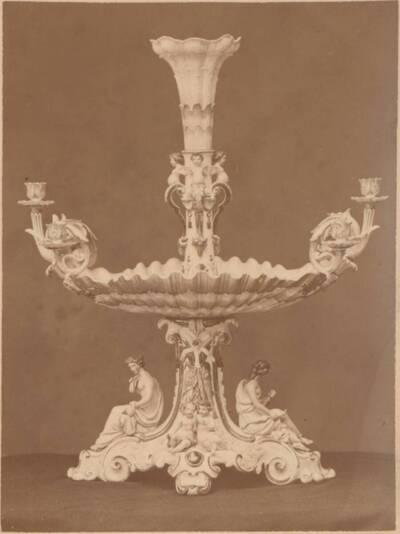 Fotografie eines Majolika-Tafelaufsatzes mit Figuren und Kerzenhaltern, von Ginori in Doccia (vom Bearbeiter vergebener Titel)