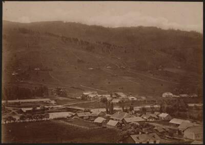 Fotografie des Dorfes Watra Dorna am Fluss Bistritz (vom Bearbeiter vergebener Titel)