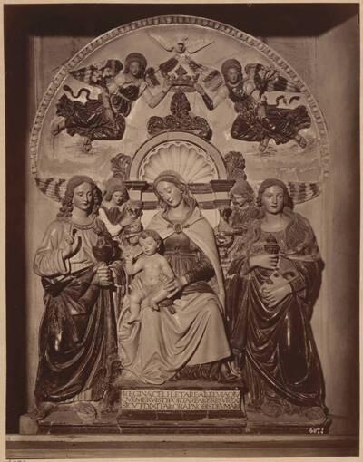 Fotografie des Terrakotta-Altars mit Madonna-Darstellung in der Basilika Santa Croce in Florenz, von Giovanni della Robbia (?) (vom Bearbeiter vergebener Titel)