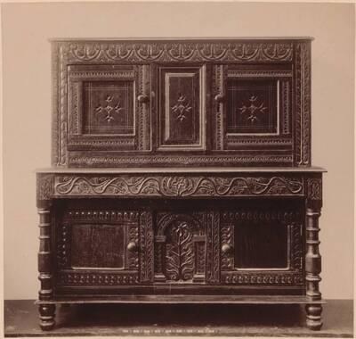 Fotografie einer englischen Kredenz aus Eichenholz von ca. 1620 (vom Bearbeiter vergebener Titel)