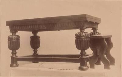 Fotografie eines englischen Esstisches und eines Stuhls von ca. 1610 (vom Bearbeiter vergebener Titel)