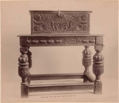 Fotografie eines Tisches und einer Schatulle aus Eichenholz mit Schnitzereien aus dem 1. Viertel des 17. Jahrhunderts (vom Bearbeiter vergebener Titel)